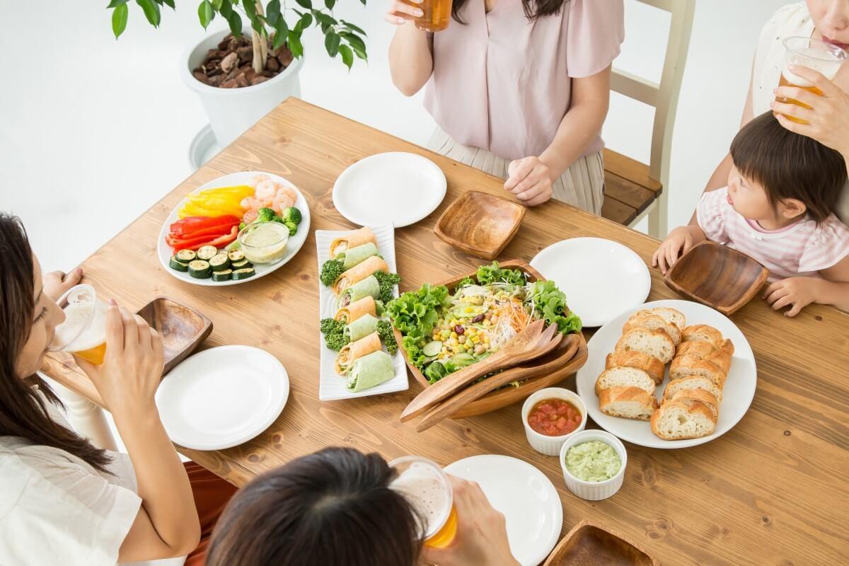 食事会をする女性