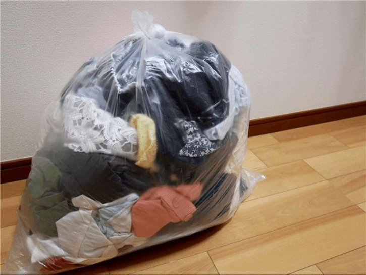 洋服を捨てる