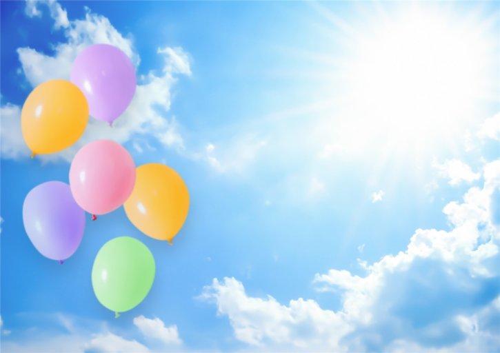 澄み切った青空に浮かぶ風船