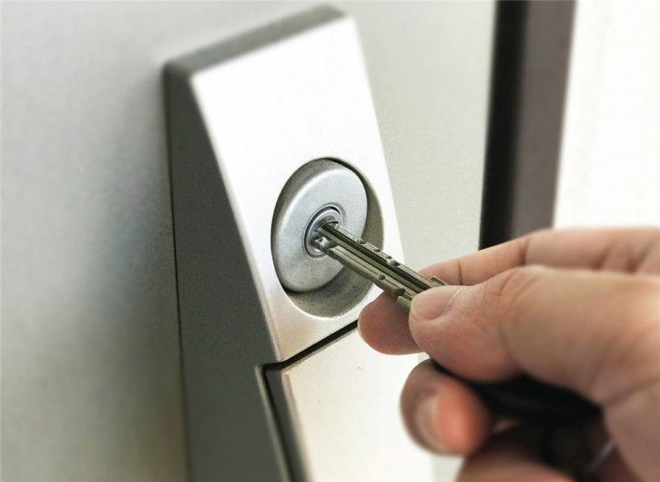 玄関の鍵を開ける